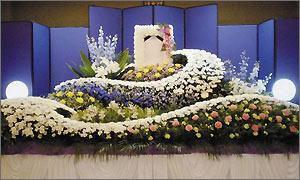 家族葬ファミリーワイドプランの花祭壇イメージ